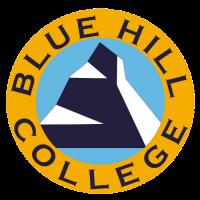 Blue Hill College es una institución privada de educación superior que ofrece un sólido programa de educación general más clases de nivel superior en administración de empresas donde todos nuestros cursos están pensados en inglés.  Blue Hill tiene un Centro de Aprendizaje en el Extranjero para Lengua y Política en Español, Ecuatoriano y Latinoamericano, además de Pasantías de Desarrollo Profesional y Pasantías de Servicio a la Comunidad.